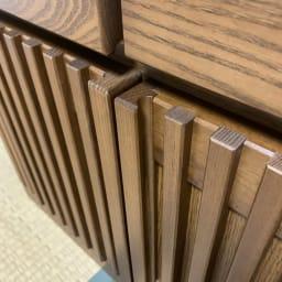 格子天然木仏壇キャビネット 高さ101cm 前面はシンプルな天然木の格子デザインで、和室にも洋室にもなじみます。扉の取っ手にも指を掛けて開閉できます。