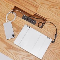 おうちの時間が快適になるオーク天然木ブルックリンダイニングシリーズ テーブル・幅120cm 中央部に2口コンセント、2口USBポート付き。天板フタは取り外せます。