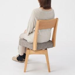 会話が弾む円形棚付きダイニングシリーズ 5点セット(丸型棚付きテーブル 径110オーク+カバーリング回転チェア×4) 背当たりがあり長く座っても疲れません。