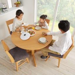 会話が弾む円形棚付きダイニングシリーズ 5点セット(丸型棚付きテーブル 径110ウォルナット+カバーリング回転チェア×4) 使用イメージ 丸型&回転チェアで食事の補助もスムーズ。 ※写真のテーブルはオークです。