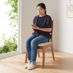 角が丸くて優しい天然木ダイニング チェア 同色2脚組 座部高は45.5cmです。座面内部はウレタンフォームとウェービングベルトが入っており、座ったときに優しいふっくら感があります。