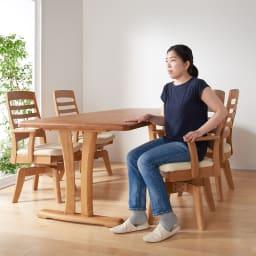 角が丸くて優しい天然木ダイニング 肘付き回転チェア ひじつきの回転チェアなので、立ち座りするときにラクラク。