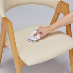 高さ自由自在 カフェスタイルダイニング 3点セット(昇降テーブル 径90ダークブラウン+ラウンジチェア×2) 椅子の座面は合成皮革のなので、水や汚れが付いてもさっとひとふきでお手入れラクラク。