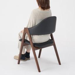 高さ自由自在 カフェスタイルダイニング 3点セット(昇降テーブル 径90ダークブラウン+ラウンジチェア×2) 背もたれもカーブがついており、包まれるような座り心地です。