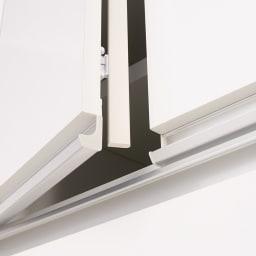 大型レンジがスッキリ隠せるダイニングボードシリーズ 引き出しタイプ・幅77.5cm 扉部分には防塵フラップ付き。ホコリの侵入を防ぎ、食器などの収納物を清潔に保ちます。(写真は食器棚タイプ。家電対応対タイプの扉内には棚は付属しません)