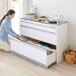 収納物を考えたキッチンカウンター ロータイプ(高さ85cm) 幅117.5cm 幅の広い引き出しは、出し入れスムーズで収納力もたっぷり。