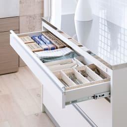 収納物を考えたキッチンカウンター ロータイプ(高さ85cm) 幅117.5cm 迷子になりがちな小物をきちんと整理。ラップ類やカトラリーなどがすっきり収まります。(※最上段)