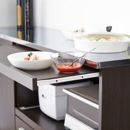 家電たっぷり収納ステンレス天板カウンター 幅90cm 料理の盛りつけやレンジ周りでの調理に便利なダブル天板仕様。広々したスペースで、ゆとりのキッチンを実現。