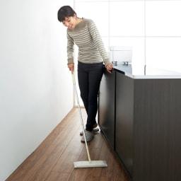 家電たっぷり収納ステンレス天板カウンター 幅149.5cm スムーズに移動できるキャスター付き。サッと動かせてお掃除ラクラク。裏にうっかり物を落としても安心です。