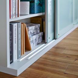 収納物の見やすい ガラス戸カウンター下収納庫 引き戸・幅90cm 引き戸はV字レール仕様で開閉がスムーズに行えます。