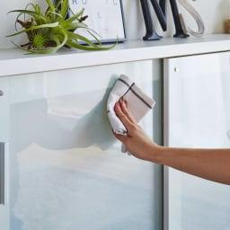 収納物の見やすい ガラス戸カウンター下収納庫 引き戸・幅90cm 【ポイント】 収納物をうっすら見せるガラス戸を採用。 扉には4mm厚の強化ガラスを使用しています。