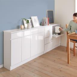 家電も小物も使いやすくしまえるカウンター下収納庫 カウンター扉 幅88cm コーディネート例(ア)ホワイト