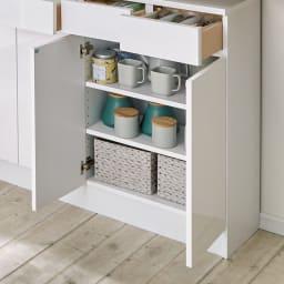 家電も小物も使いやすくしまえるカウンター下収納庫 カウンター扉 幅88cm 棚は3cm間隔で調整できて便利。
