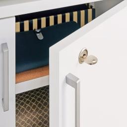 高さ・奥行サイズオーダー鍵付きカウンター下収納庫 3枚扉・幅87cm 向かって一番右の扉は鍵付きです。