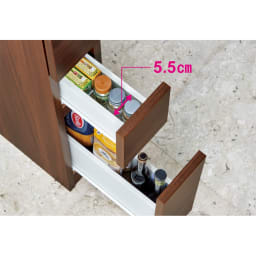 組立不要!幅1cm単位で124サイズから選べるすき間収納庫 ロータイプ 幅15~30cm・奥行55cm 【引き出し収納例】幅15cm×奥行45cmタイプ(内寸…幅5.5cm×奥行34.5cm) わさび、からしのチューブやスパイスボトルを上段に。パスタ、そばなどの乾麺や細めの調味料ボトルなど、工夫次第で限られたスペースにムダなく収納できます。