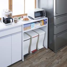 ゴミ箱上を有効活用!キッチンカウンター作業台 幅59cm・奥行44cm 使用イメージ 下部にはゴミ箱が複数個並べられて、分別もその場で完了。 ※写真は幅79cm・奥行44cmタイプです。