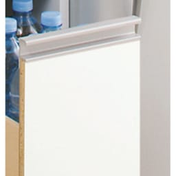 上品な清潔感のあるアクリル扉のキッチンすき間収納 幅15cm・奥行44.5cm 前面はお手入れがラクなポリエステル化粧合板光沢仕上げ。 汚れやすいキッチンではサッと拭けてお手入れラクラク。