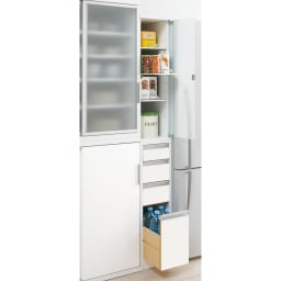 上品な清潔感のあるアクリル扉のキッチンすき間収納 幅25cm・奥行55cm すっきりとした印象のフラットタイプ。 狭いキッチンでは出っ張りがないので◎ スリムな隙間家具ですが、役立つ機能がいっぱいです。