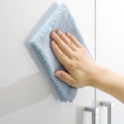 食器が探しやすく取り出しやすい食器棚 幅60cm ア:ホワイトはポリエステル化粧合板で、汚れてもお手入れも簡単。