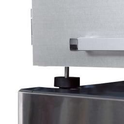 光沢仕上げ・冷蔵庫上ストッカー 幅63cm(脚部65cm) 冷蔵庫の放熱を考慮した脚部は、約2cm高さ調節できるアジャスター付き。