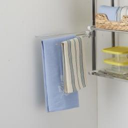 《1段タイプ》はさむだけで取り付けラクラク 幅伸縮キッチン戸棚下収納 付属品のふきん掛けは縦のフレームに取り付け可能で、ふきんを3枚掛けられます。