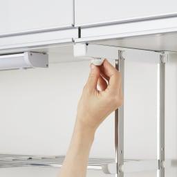 はさむだけで取り付けラクラク 幅伸縮キッチン戸棚下収納 2段 高さ45cm 【キッチン戸棚を傷付けない、後付けできる収納棚】吊戸棚の底板に挟んで下からネジ締めするだけで、しっかり固定できます。