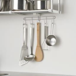 はさむだけで取り付けラクラク 幅伸縮キッチン戸棚下収納 2段 高さ45cm 付属品の5連フックはキッチンツールを掛けるのに便利で、棚板パイプに取り付け可能。