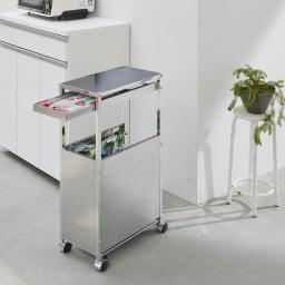 作業台下を有効活用 引き出し付きステンレスワゴン 収納棚ワゴン 幅35cm 使用イメージ キッチンに映える機能的なデザイン。 ※写真はダストワゴン幅25cmです。