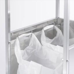 作業台下を有効活用 引き出し付きステンレスワゴン ダストワゴン 幅25cm 持ち手付きのゴミ袋を引っ掛けられるサイドフックを利用して、2分別できるので、ペットボトルや缶などの分別にも。