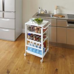 置き場所にぴったり!幅・高さ伸縮すき間収納ワゴン 幅30cm~45cm シンクそばに移動して、調理の補助台にも便利。