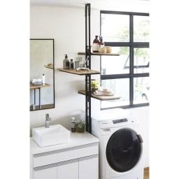 1本脚ですっきり置ける カフェ風スマートランドリーラック 棚3段 幅60cm・奥行30cm・高さ205~240cm (ア)ブラック 洗濯機と洗面台のわずかなすき間にも取り付け可能で、棚板は左右どちら向きにも設定できます。