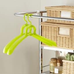 奥行たっぷり ステンレス棚の洗濯機ラック 棚3段 幅60~89cm ちょっと干しに便利なハンガーバー付き。