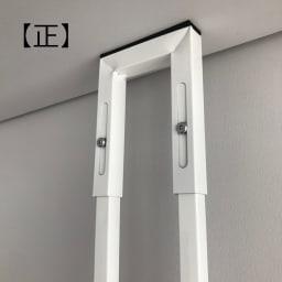 1本脚で見た目すっきり!スマートライフ ランドリーラック 棚3段 バネが見えなくなるまで天井に突っ張ると、しっかりと固定できます。
