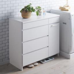組立不要 隠せる脱衣カゴ付きサニタリーチェスト カゴ1個・引き出し 幅90奥行42cm 扉・引出しを閉じれば清潔感あふれるデザインが際立ちます。