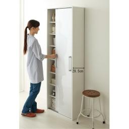 すっきり隠せる薄型引き戸収納庫 幅60cm コーディネート例(ア)ホワイト わずかな奥行で、洗面所の限られた空間でも圧迫感を軽減。