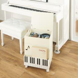 鍵盤柄 ピアノの下にぴったり楽譜キャビネット コーディネート例(イ)ホワイト 上部には深さ約10cmの収納がありB4サイズも収納可能。賞状やヘッドホン、メトロノームなども収まります。