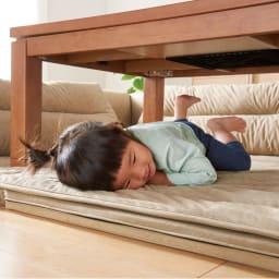 包まれるしあわせのクッション付きごろ寝ソファ 小(142×142cm) ふわふわのスエード調生地だから、小さいお子さまもつい頬ずり。