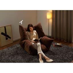 マルチリクライニング コンパクトソファ(座椅子) スタンダードタイプ 【ポイント】 肘部のリクライニングを調節すればパーソナルチェアのように一人の時間をゆったり送れます。贅沢な座り心地です。 ※モデル身長163cm ※写真ハイバックタイプです。