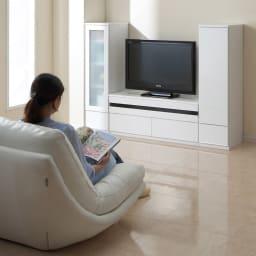 ラインスタイルシリーズ テレビ台 幅150cm ソファから見たイメージ。※写真は左からキャビネットとの組み合わせ例。テレビ台は幅120となります。
