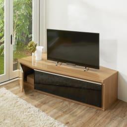 住宅事情を考えたコーナーテレビボード 幅165cm・左コーナー用(左側壁用) 色見本 (ウ)ライトブラウン ブラック系のスモークガラスが、インテリア性をアップ。 ※写真は幅123.5cm・左コーナー用です。