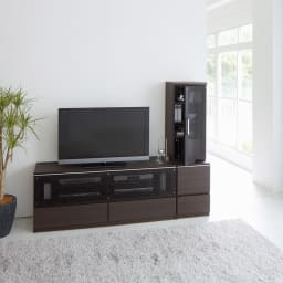 ソファや椅子からも見やすい高さ60cmの テレビ台 幅150cm (イ)ダークブラウン デッキ収納部のフラップ扉は、上部のアルミラインの手掛けに手をかけて開けると、ゆっくり開くソフトダウンステーを取り付けています。