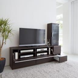 ソファや椅子からも見やすい高さ60cmの テレビ台 幅180cm デッキ収納部のフラップ扉は、上部のアルミラインの手掛けに手をかけて開けると、ゆっくり開くソフトダウンステーを取り付けています。