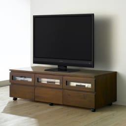 アルダー天然木ユニットボード キャスター付きテレビ台 幅159cm (イ)ダークブラウン テレビは50インチ液晶テレビを置いて撮影しています。
