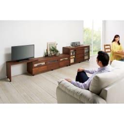 アルダー天然木ユニットボード キャスター付きテレビ台 幅159cm コーディネート例(イ)ダークブラウン リビングから。ネストボード(別売り)は左右どちらにも取り付けられ、幅伸縮や角度調整が自在に。