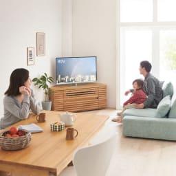 隠しキャスター付き天然木格子コーナーテレビ台幅120cm(隠しキャスター付き) コーディネート例(イ)ライトブラウン コーナーに置けるテレビ台ならリビングダイニングのどこからでも見やすく。同じ番組を見て家族で盛り上がることもグンと多くなりそうです。