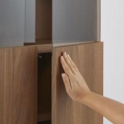 LEDライト付きコーナーキュリオ 幅59.5cm・高さ90cm 収納部扉は軽く押すだけで開くプッシュ式。