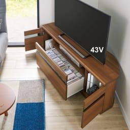 大型テレビが見やすいスイングコーナーテレビ台 幅110cm (イ)ウォルナット ※写真は幅130cmタイプです。 中央の引出しにはDVDやCDを、左右の扉にはモデムやルーター、ゲームまで収納できます。