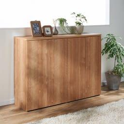 大量収納!頑丈段違いカウンター収納 3枚扉 色見本(イ)ブラウン オーク天然木のような木目の素材感が美しいシート素材を使用。