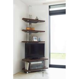 テレビ上の空間を有効活用できるシリーズ コーナー用テレビ台 幅90cm 別売の突っ張り式ラックとの組み合わせ例。別売のシェルフとの組み合わせでここまでデッドスペースを有効に使えます。※お届けはコーナー用テレビ台のみとなります。突っ張り式ラックは別売となります。