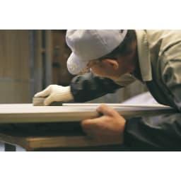 タモ天然木アルミライン薄型デスク 奥行45cm 幅150cm 「使い勝手だけでなく心を満たすデスクを」そんな私たちの想いに応え、職人の真心で一台ずつ丁寧に研磨し作ります。本物の家具の素晴らしさを伝えてくれる美しい仕上がりです。